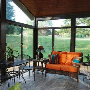 Aménagement d'une véranda classique de taille moyenne avec un sol en bois brun, aucune cheminée et un plafond standard.