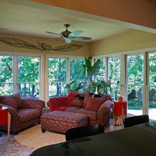 Idée de décoration pour une véranda design de taille moyenne avec un sol en liège, aucune cheminée et un plafond standard.