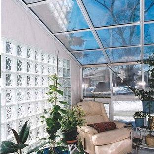 Foto de galería contemporánea, de tamaño medio, con techo de vidrio y suelo de baldosas de cerámica