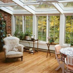 Foto på ett mellanstort vintage uterum, med takfönster
