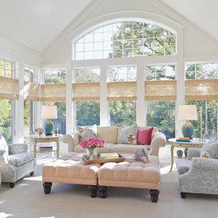 Exemple d'une grand véranda chic avec un plafond standard et un sol gris.