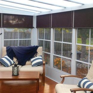 Idéer för ett mellanstort klassiskt uterum, med ljust trägolv och takfönster