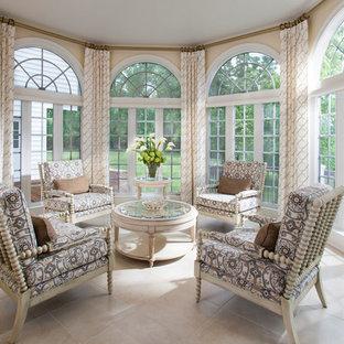 Foto di una veranda tradizionale di medie dimensioni con pavimento in travertino e soffitto classico