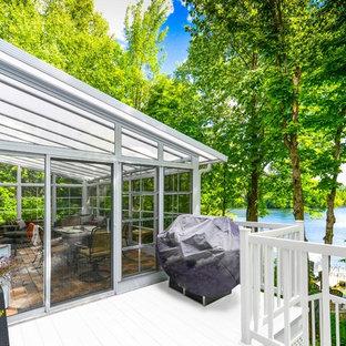 他の地域の中くらいのトランジショナルスタイルのおしゃれなサンルーム (竹フローリング、暖炉なし、天窓あり、茶色い床) の写真