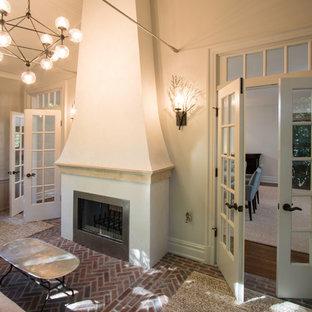 Idéer för att renovera ett litet uterum, med tegelgolv, en spiselkrans i gips och beiget golv