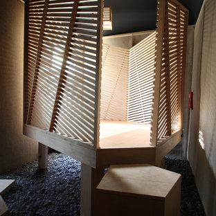 Inspiration för mellanstora moderna uterum, med plywoodgolv och tak