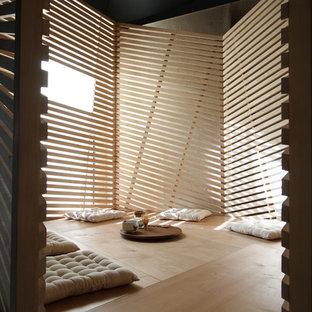 Cette photo montre une véranda moderne de taille moyenne avec un sol en contreplaqué et un plafond standard.