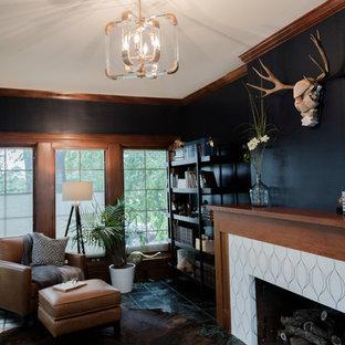 Idéer för mellanstora eklektiska uterum, med klinkergolv i keramik, en standard öppen spis, en spiselkrans i trä, tak och grönt golv