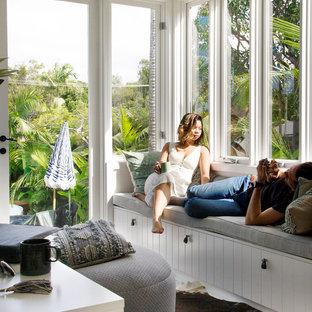 Bild på ett litet tropiskt uterum, med målat trägolv, tak och vitt golv