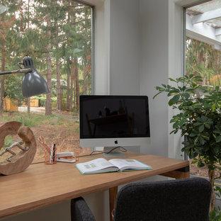 Idéer för ett litet modernt uterum, med heltäckningsmatta, takfönster och grönt golv