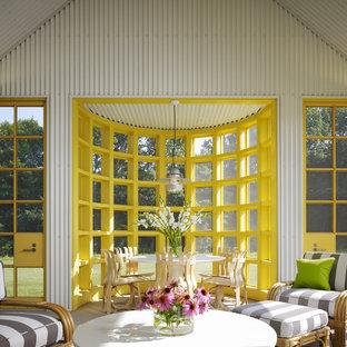 Aménagement d'une grand véranda classique avec un plafond standard et un sol gris.