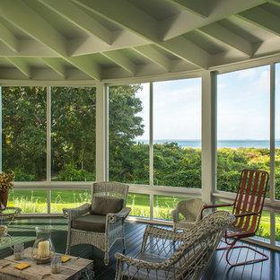 Idee per una grande veranda country con pavimento in legno verniciato, soffitto classico e pavimento verde