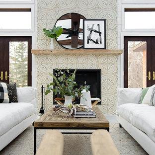 Bild på ett lantligt uterum, med klinkergolv i keramik, en spiselkrans i trä, glastak och grått golv