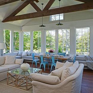Cette photo montre une très grand véranda nature avec un sol en bois foncé, un plafond standard et un sol marron.