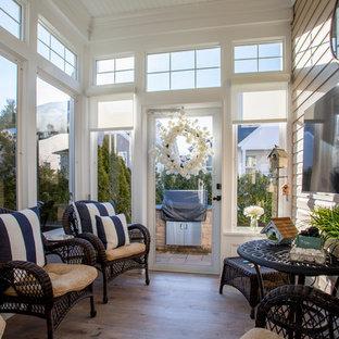 Cette photo montre une véranda tendance de taille moyenne avec un sol en carrelage de porcelaine, aucune cheminée, un plafond standard et un sol marron.
