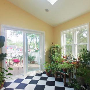 ボルチモアの小さいトランジショナルスタイルのおしゃれなサンルーム (ラミネートの床、天窓あり、マルチカラーの床) の写真