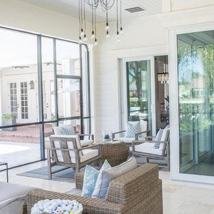 Immagine di una grande veranda tradizionale con pavimento in marmo, nessun camino, soffitto classico e pavimento bianco