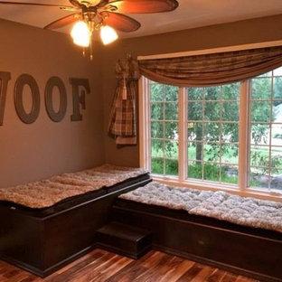 Exemple d'une véranda chic de taille moyenne avec un sol en bois brun.