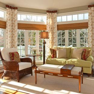 Modelo de galería clásica, de tamaño medio, con suelo de madera en tonos medios y techo estándar