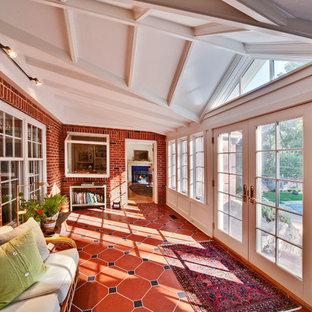 Inspiration pour une véranda traditionnelle avec un plafond standard et un sol rouge.