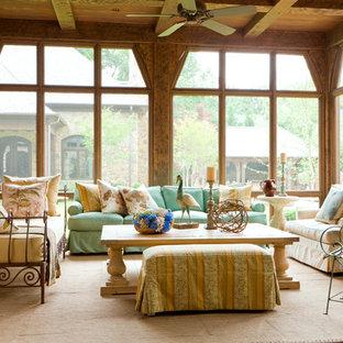 Idée de décoration pour une grand véranda style shabby chic avec un sol en travertin, aucune cheminée, un plafond standard et un sol beige.