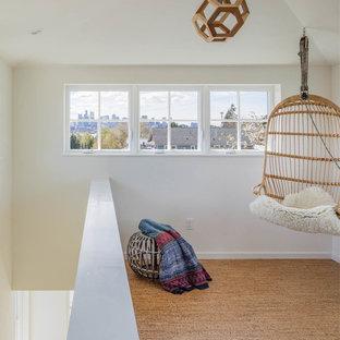 Exempel på ett litet klassiskt uterum, med korkgolv, tak och brunt golv