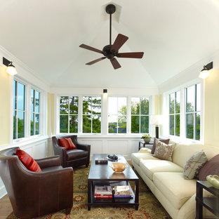 Idée de décoration pour une véranda craftsman avec un sol en bois brun et un plafond standard.