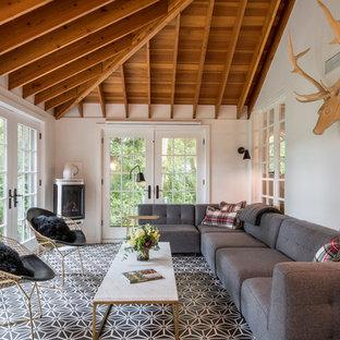 Aménagement d'une grand véranda classique avec un sol en carrelage de céramique, un plafond standard, un sol multicolore, une cheminée d'angle et un manteau de cheminée en métal.