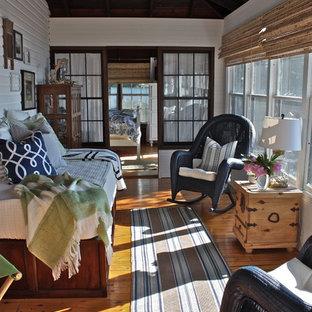 Exemple d'une véranda chic avec un sol en bois brun, un plafond standard et un sol orange.