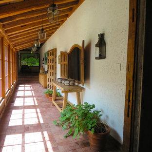 Inspiration pour une véranda sud-ouest américain de taille moyenne avec un sol en brique, aucune cheminée, un plafond standard et un sol rouge.