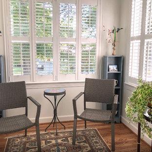 Inspiration pour une petit véranda traditionnelle avec sol en stratifié, aucune cheminée, un plafond standard et un sol marron.