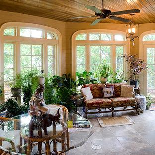 Ejemplo de galería clásica, de tamaño medio, con suelo de baldosas de cerámica y techo estándar