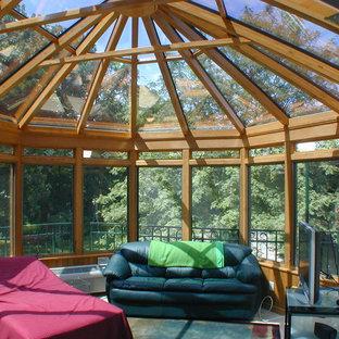 Cette image montre une véranda traditionnelle de taille moyenne avec un plafond en verre, un sol en ardoise et un sol gris.