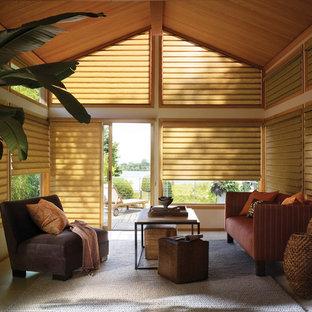 Idéer för mellanstora tropiska uterum, med kalkstensgolv och tak