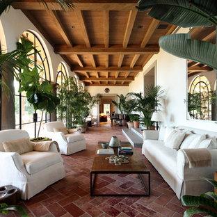 Idee per una veranda mediterranea con pavimento in terracotta, pavimento arancione e soffitto classico