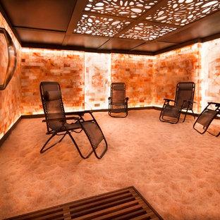 Aménagement d'une grand véranda éclectique avec moquette, aucune cheminée, un plafond standard et un sol marron.