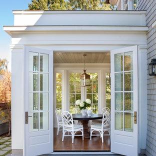 Idée de décoration pour une petit véranda tradition avec un sol en bois foncé et un plafond standard.