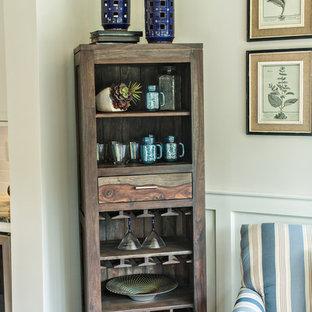 Cette photo montre une véranda craftsman de taille moyenne avec un sol en bois foncé et un plafond standard.