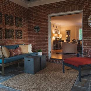 Aménagement d'une véranda classique de taille moyenne avec un sol en ardoise, une cheminée standard, un manteau de cheminée en pierre de parement, un plafond standard et un sol gris.
