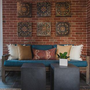 Idées déco pour une véranda classique de taille moyenne avec un sol en ardoise, une cheminée standard, un manteau de cheminée en pierre de parement, un plafond standard et un sol gris.