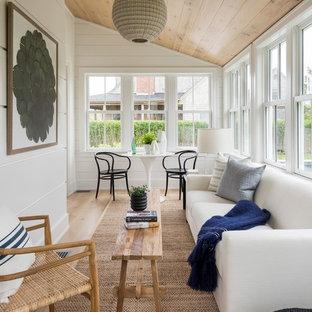 プロビデンスの中サイズのビーチスタイルのおしゃれなサンルーム (淡色無垢フローリング、標準型天井、ベージュの床、暖炉なし) の写真