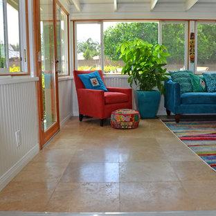 Aménagement d'une véranda éclectique de taille moyenne avec sol en stratifié, aucune cheminée, un plafond standard et un sol marron.