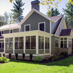 Cette photo montre une véranda chic de taille moyenne avec un sol en bois foncé et un plafond standard.