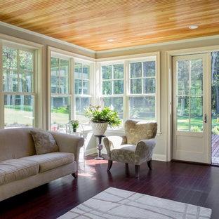 Aménagement d'une véranda classique de taille moyenne avec un sol en bois foncé, un manteau de cheminée en pierre et un plafond standard.