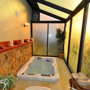 Idée de décoration pour une véranda tradition de taille moyenne avec un sol en carrelage de porcelaine, aucune cheminée, un plafond en verre et un sol beige.