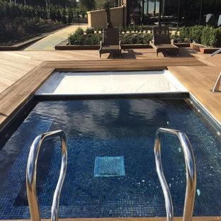 Ejemplo de piscina elevada, escandinava, en patio trasero, con entablado