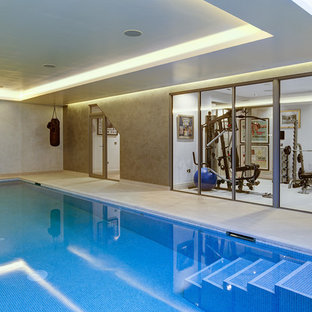 Foto di una piscina coperta contemporanea rettangolare