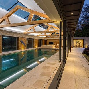 Modelo de piscinas y jacuzzis alargados, rústicos, grandes, interiores y rectangulares, con adoquines de piedra natural