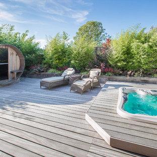 Diseño de piscinas y jacuzzis elevados, contemporáneos, de tamaño medio, rectangulares, en patio lateral, con entablado