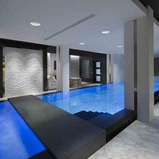Ispirazione per una piccola piscina coperta monocorsia design personalizzata